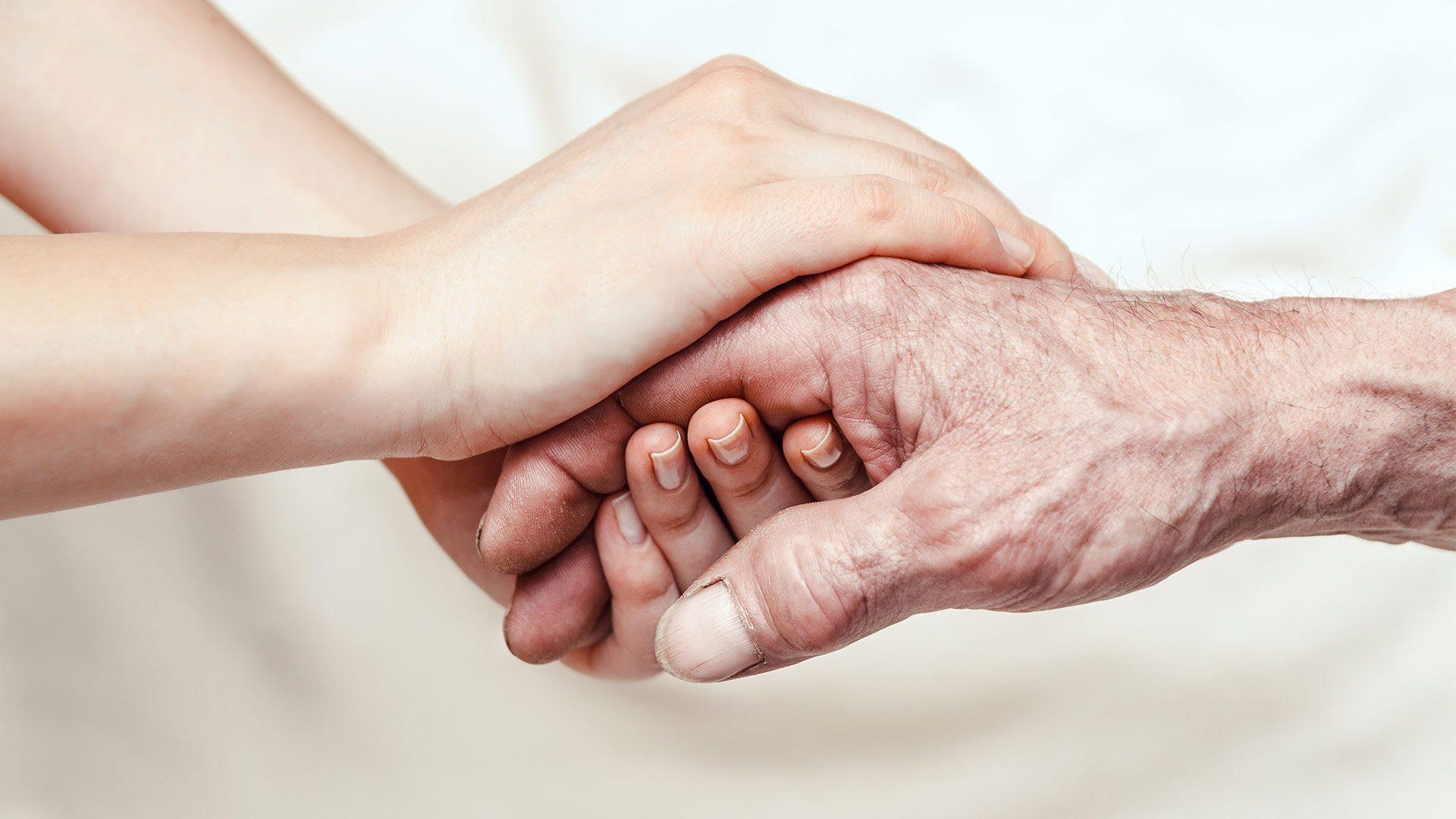 un anziano preso per mano